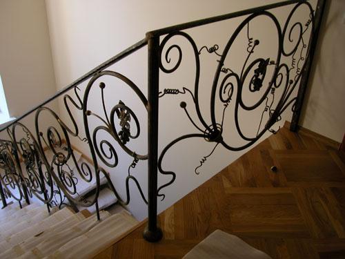 Маршевая металлическая лестница на косоуре в загородном доме